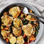 Recette de cuisses de poulet à la poêle avec pommes de terre, carottes et légumes verts