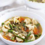 Soupe de tortellini aux légumes de printemps avec recette de pesto