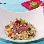 Salade d'orzo aux courgettes et fromage feta, une entrée fraîche et délicieuse à manger à la maison ou en effilée