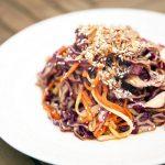 Salade de prospérité avec vinaigrette au tahini