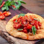 Pains plats frits à la tomate douce et épicée | Collations