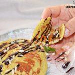 Crêpes à la banane et à l'avoine kiwi avec sauce aux amandes et au chocolat, saines et délicieuses
