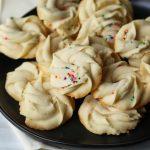 Biscuits au beurre danois faits maison    Biscuits et tasses