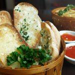 Comment faire du pain à l'ail pour accompagner votre repas
