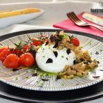 Burrata aux tomates rôties et aubergine marinée, recette pour un apéritif festif prêt en 10 minutes
