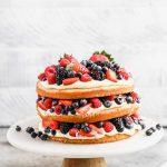 Gâteau aux petits fruits avec mousse à la crème au citron
